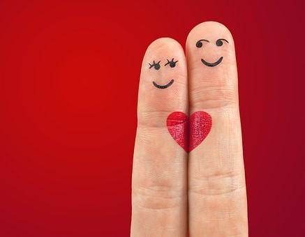 coppia disegnata sulle dita