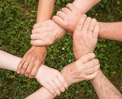 mani di una famiglia